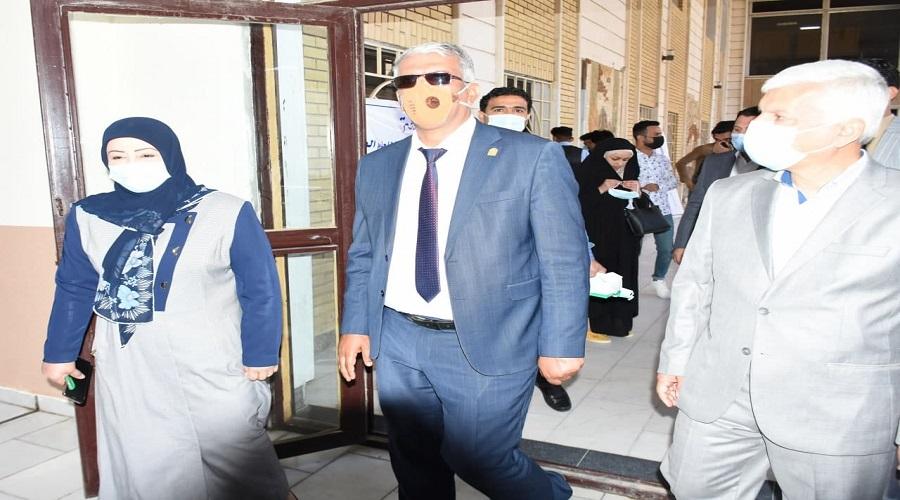 رئيس جامعة كربلاء يتفقد سير الامتحانات الحضورية لطلبة الدراسة الاولية  بكلية التربية للعلوم الصرفة
